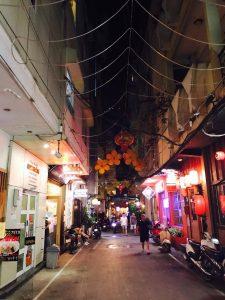 夜のヘム。赤提灯が路地の奥まで灯っている。 はしご酒を楽しむ客の姿も。