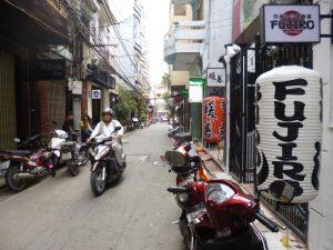 昼間のヘム。道幅が狭いので、車の往来はなくバイクが時折行き交う程度。ランチ時間を除いては、人通りもまばら。